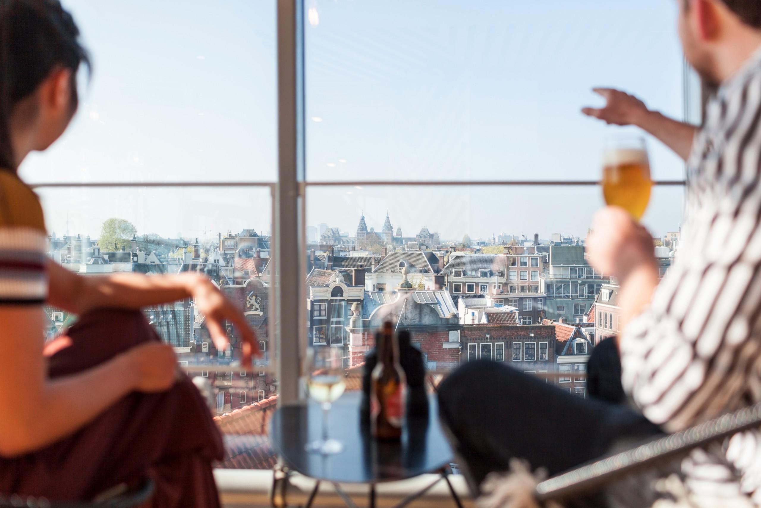 Als je een mooi uitzicht van Amsterdam wilt, dan is Blue Amsterdam zeker de moeite waard. Deze prachtige zaak bevindt zich in Winkelcentrum Kalverpassage in een glazen toren. Daardoor heb je een panoramisch uitzicht en kun je veel bezienswaardigheden in Amsterdam van bovenaf bewonderen.