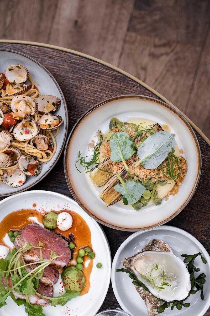 Kleine wereldse gerechten gemaakt met seizoensgebonden ingrediënten om samen te delen. Dat is wat je bij brasserie Brooks in Amsterdam kunt verwachten.