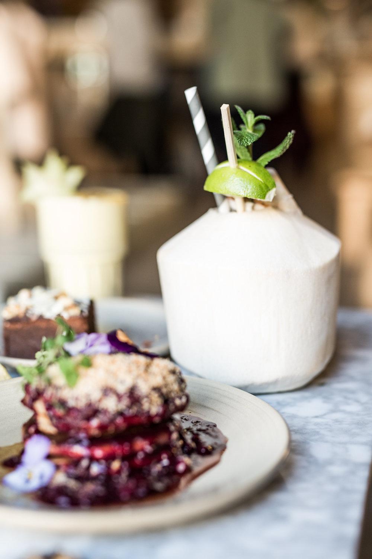 Met een lekker tropisch eiland tintje, is Coffee & Coconuts een super leuke spot in Amsterdam. Goede koffie, kleurrijke gerechten, een licht interieur en een chille sfeer. Alle ingrediënten om je dag goed te starten dus!