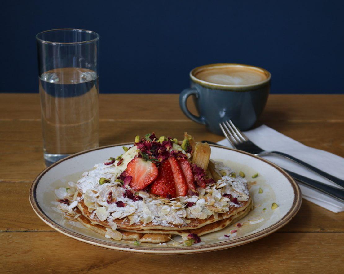 Dignita is een fijne hotspot voor ontbijt, brunch en lunch. Op het menu staan veel heerlijke gerechten met unieke ingrediënten, zoals de witte chocolade, rabarber & rozen American Pancakes stack.