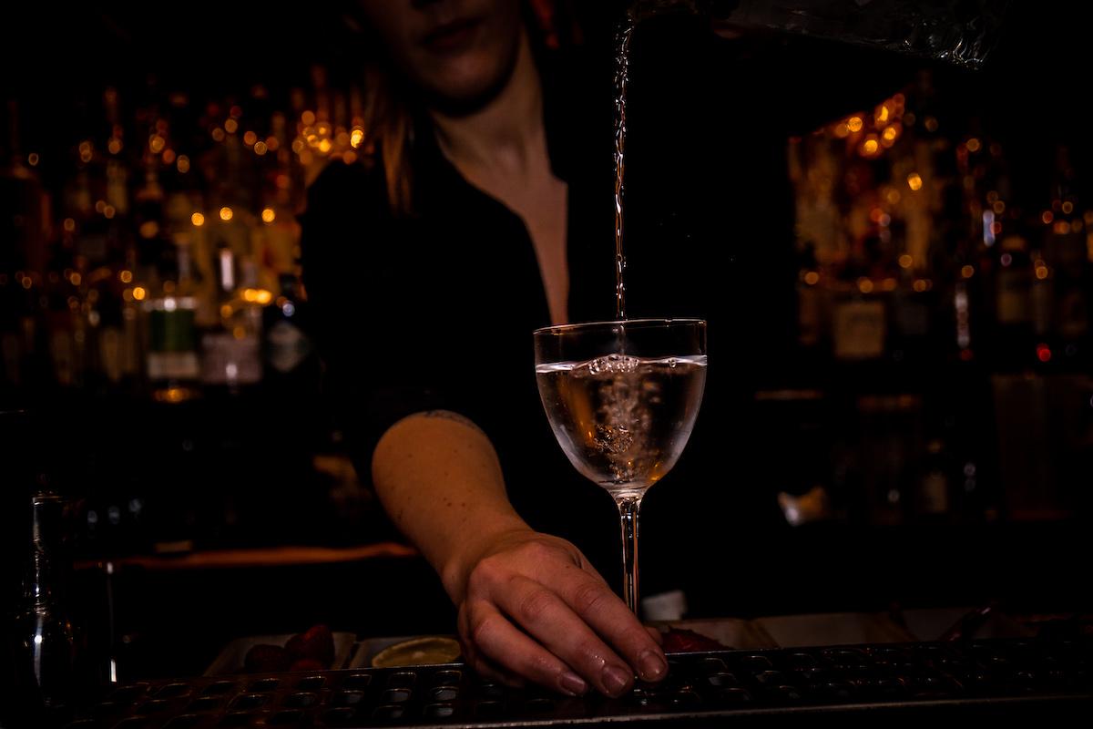Een verborgen cocktailbar in Amsterdam… Door 74 is een speakeasy bar met een jaren '20 sfeertje. Speel hier 'The Game of Spirits' en bestel zo iets verrassends van hun cocktailmenu.