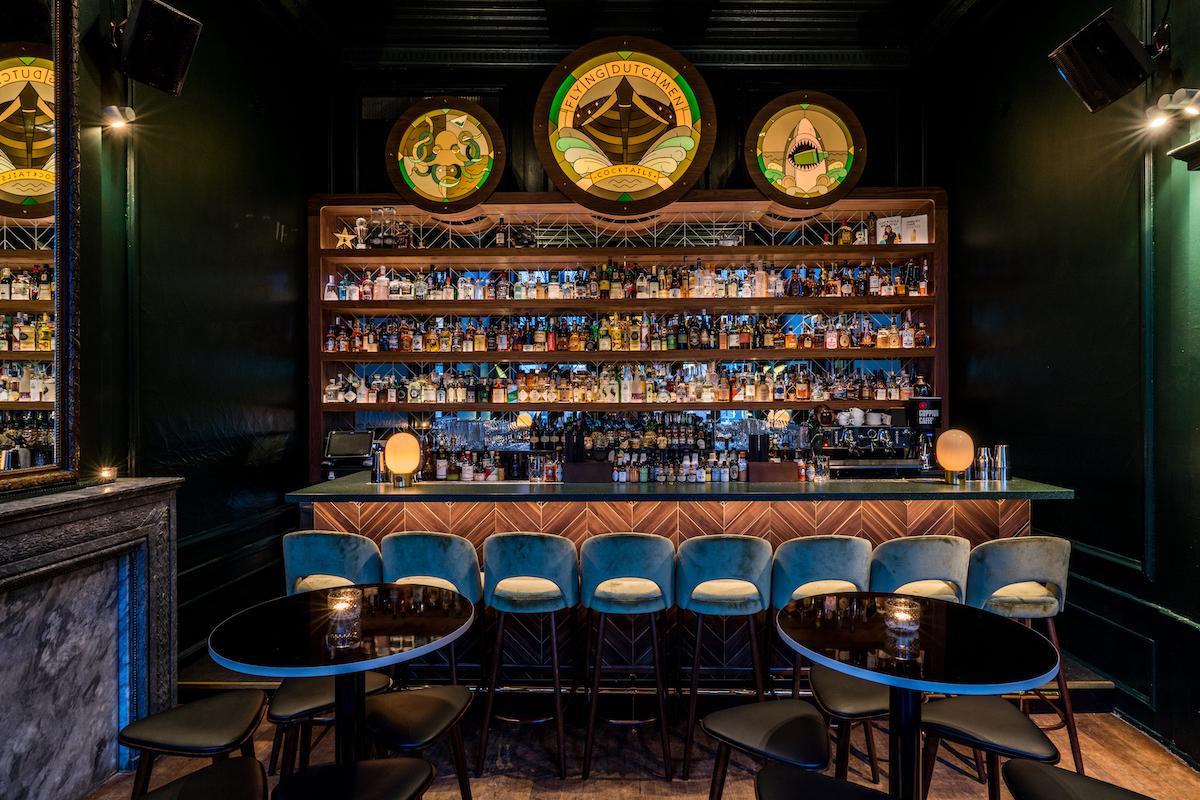 Bij de Flying Dutchmen Cocktails in Amsterdam focussen ze zich op echte klassieke cocktails; de drankjes die werden gemaakt door de generatie bartenders voor hen. Op het menu vind je bijvoorbeeld de Gin Smash, Blue Hawaii en de Sailor's Swizzle.