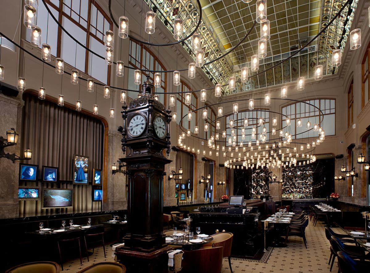 Bij THE DUCHESS in Amsterdam kun je genieten van een heerlijke lunch, diner, high tea en cocktails. Hier kun je jezelf even onderdompelen in luxe - écht een leuke ervaring.