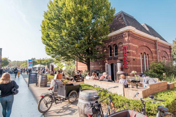 Amsterdam-West is het grootste stadsdeel van Amsterdam. Het is een diverse, groene buurt met veel levendige wijken: Bos en Lommer, de Baarsjes, Oud-West, Westerpark en Nieuw-West.