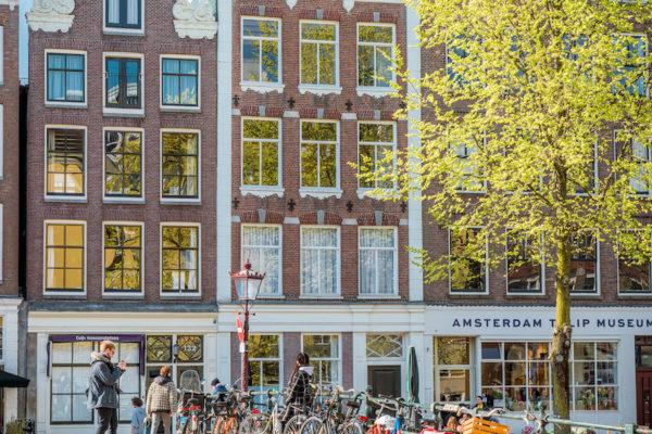 Reis je vanaf het buitenland? Of kom je uit een andere stad in Nederland? Lees hier hoe je het makkelijkste Amsterdam bereikt.