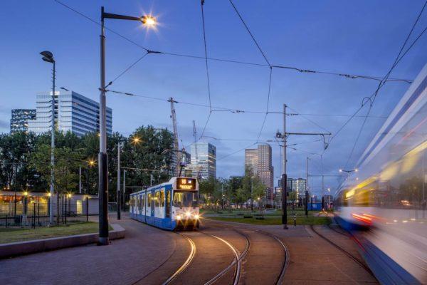 Een van de snelste manieren om door Amsterdam te reizen, is met het openbaar vervoer. Hieronder leggen we je per vervoermiddel uit hoe het werkt.