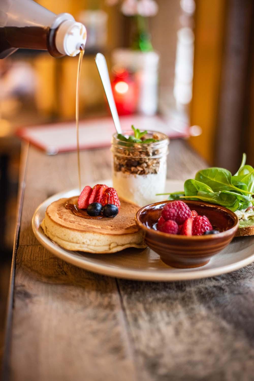 Al jaren lang is Bar Bukowski een begrip in Amsterdam Oost. Op hun all day breakfast menu vind je naast de lekkere french toast en açai bowl, de American pancakes. De pancakes zijn versierd met blauwe bessensaus, vers fruit, stroop en poedersuiker. Een echte klassieker!