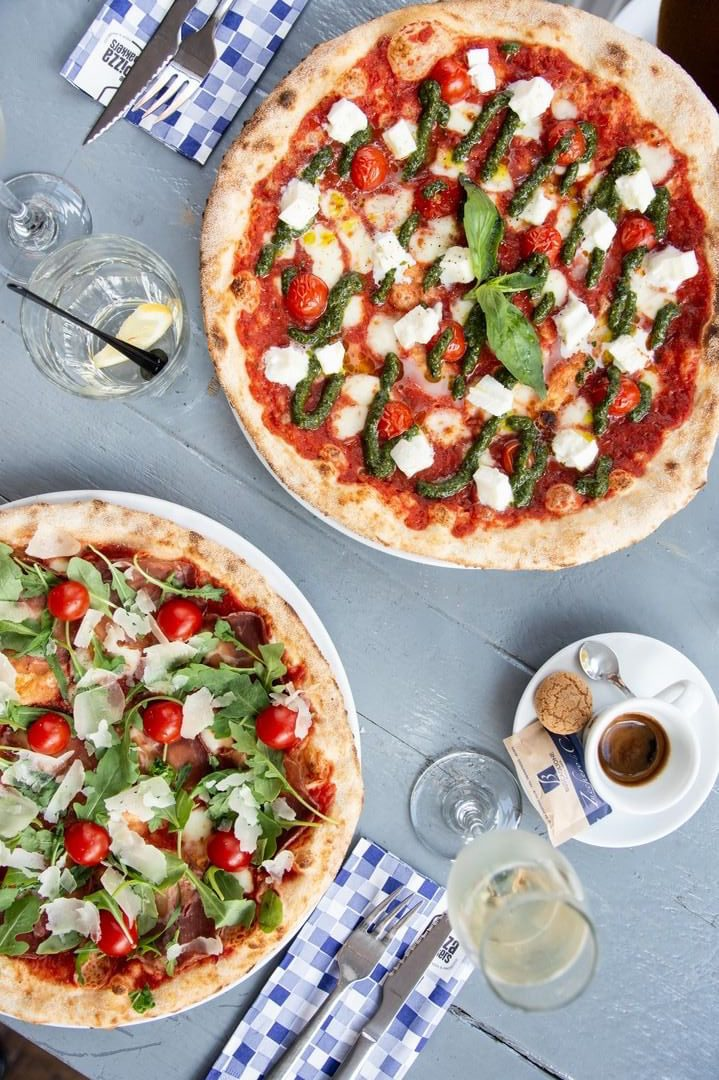 Dankzij de relaxte sfeer van De Pizzabakkers, zit je hier bij elke gelegenheid op je gemak. De Italiaanse pizza's worden hier in de houtoven gemaakt en elke maand verrassen ze je weer met een pizza van de maand.