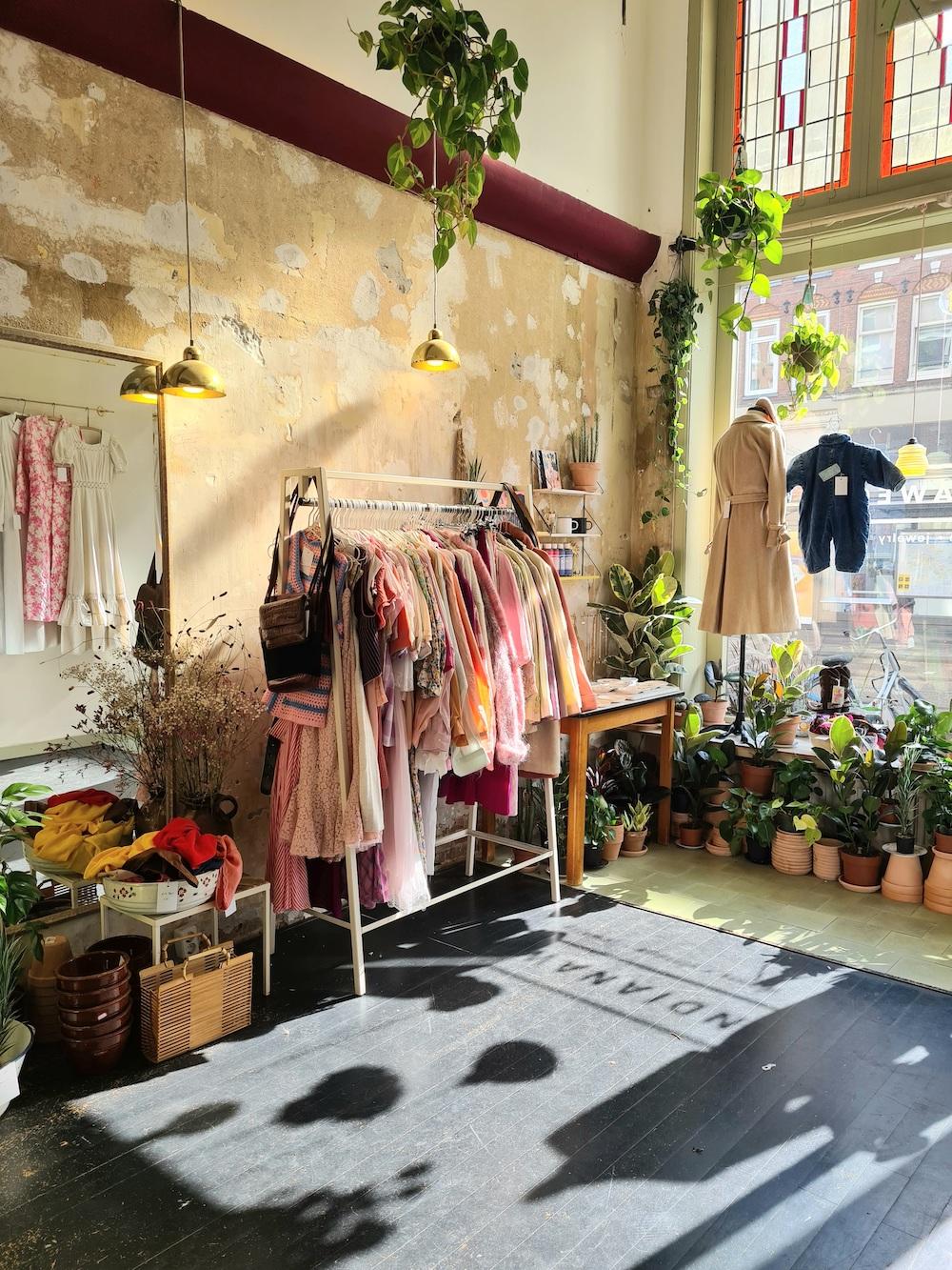 Bij Indianaweg in Amsterdam vind je zorgvuldig uitgekozen vintage kleding, handgemaakte sieraden, tassen, planten & potten en meer.