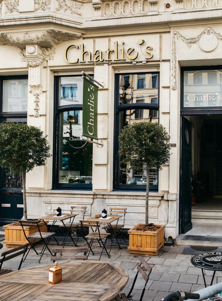 Charlotte is eigenaar van deze award winning koffiebar, waar de opties aan koffie je om de oren vliegen. Ook qua eten is er wat voor iedereen: voor de kleine eter, de grote eter, de vegetariër of degene die glutenvrij eet.