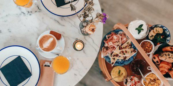 Elke zondag organiseren ze bij Maurice in Antwerpen een all-you-can-eat brunch. Wil je liever brunchen op een andere dag? Bestel dan de pannenkoekjes, salades, porridge, of kies je voor het uitgebreide ontbijt.