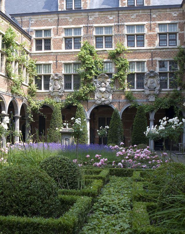 Het Plantin-Moretus museum staat compleet in het teken van de gelijknamige drukkersfamilie, die hier 400 jaar geleden woonden en wat de plek was van hun drukkerij. Een prachtig pand met informatie over de geschiedenis van boeken en drukkunst.
