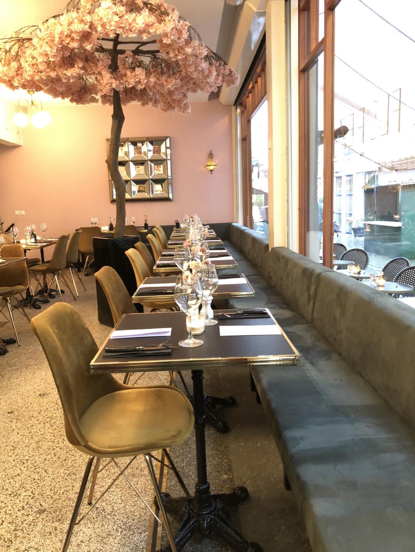Café de Florèz heeft een klein stukje Parijs naar Den Haag gehaald. Op de Annastraat in het Hofkwartier eet je niet alleen een lekkere lunch, maar schuif je ook aan voor Franse diner gerechten.