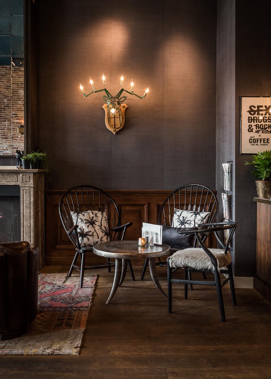 Bij Jamey Bennett noemen zichzelf ook wel de internationale huiskamer van Den Haag. De bakstenen muren, bruine leren stoelen en donkere muren dragen bij aan de warme sfeer die er heerst en op het menu vind je internationale gerechten uit de Mibrasa houtskooloven.