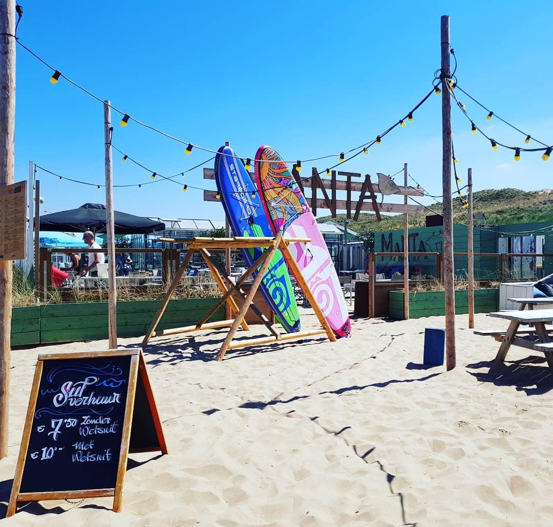 Nog een leuke aanwinst bij het Zwarte Pad! Manta Beach is er voor jong en oud en hier kan je heerlijk zitten, bij zowel goed als slecht weer. Kies voor een lekkere acai bowl, eggs on toast, de vega taco's of een van hun pizza's.