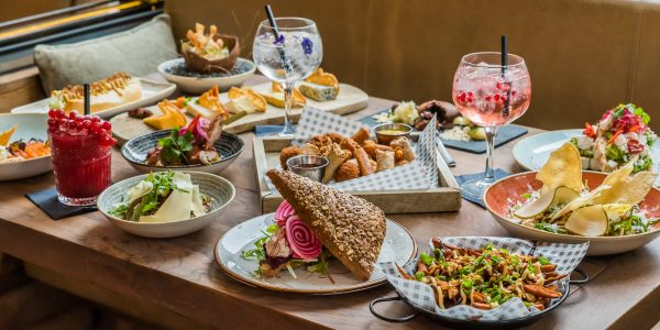 In restaurant Milú eet je volgens een shared dining principe, waarin je de gerechtjes lekker met elkaar kan delen. Denk aan sushi rollen, mosselen, frietjes, taco's en ga zo maar door.
