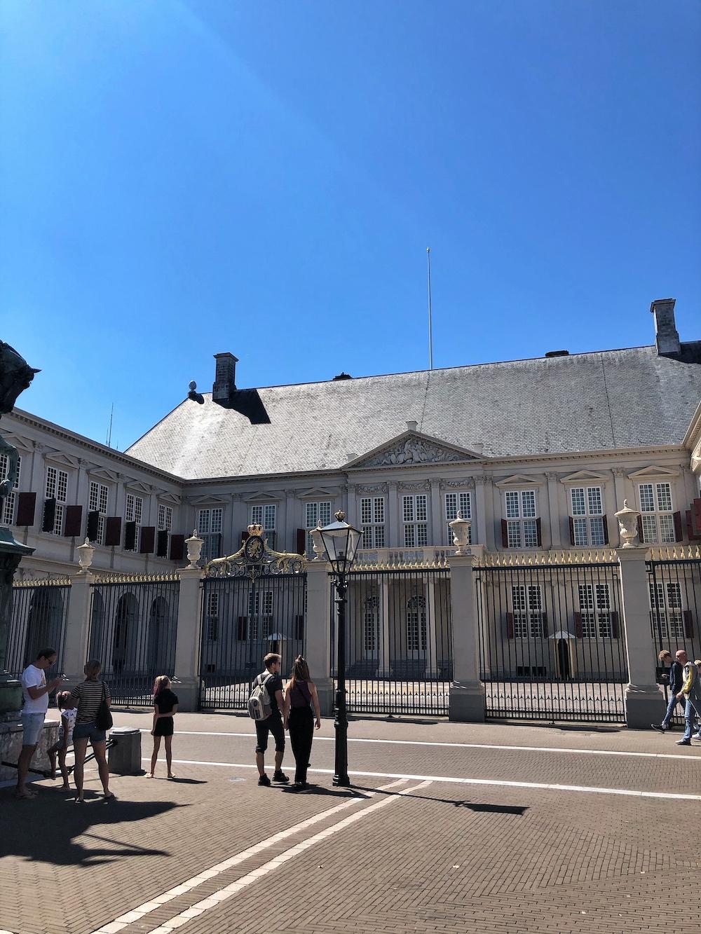 Het Paleis Noordeinde is al eeuwen oud en is de plek waar grote gebeurtenissen voor de koninklijke familie plaats vinden. Bij het paleis zit ook een tuin, waar je in alle rust kan genieten tussen de bloemen, vijver en de oude bomen.