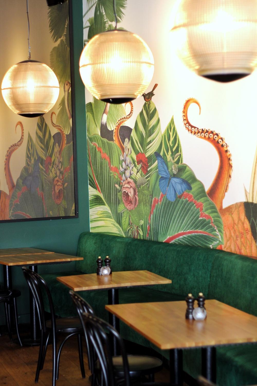 Bij de bistro Palmette in Den Haag eet je volgens de Frans-internationele keuken. Dit betekent gerechten zoals gnocchi met eekhoorntjesbrood, kastanjes en champignons of bijvoorbeeld aubergine op Libanese wijze, kabeljauw of knolselderijsoep.
