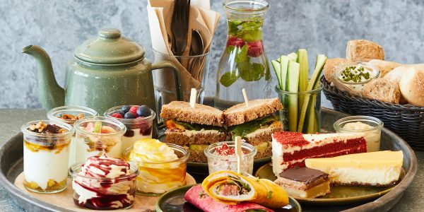 Probeer voor een high tea in Den Haag eens Yoghurt Barn, waar je hun lekkerste yoghurt combi's probeert en andere lekkernijen op tafel krijgt.