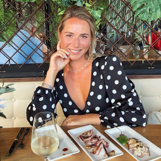 Sabine is geboren en getogen in de mooie stad achter de duinen. Haar passie? ETEN. Dolverliefd is deze wandelende restaurant encyclopedie om de leukste en lekkerste food hotspots te ontdekken. Ook weet ze veel over wijn en is ze regelmatig bij een proeverij te vinden. Favoriete eten? Oesters en pizza! Volg haar food adventures op @sabineberger