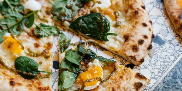 Bij Café Elio in Den Haag vind je pizza's met heerlijke toppings. Daarnaast is er veel aandacht besteed aan het interieur: met de neutrale kleuren en mooie planten is dit de ideale hotspot voor een avondje pizza eten.