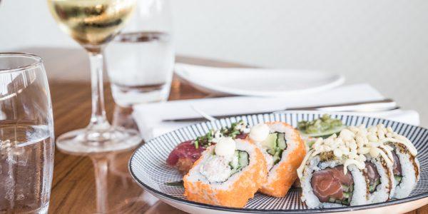 Sushi in Scheveningen eet je natuurlijk bij Catch by Simonis! Met uitzicht op de haven, eet je lekkere verse sushi in een super fijne sfeer.