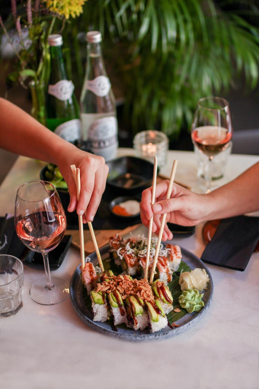 Sushi eten in Den Haag doe je natuurlijk bij de Sushi Meisjes! De lekkerste klassiekers, rollen met een twist en vegan opties!