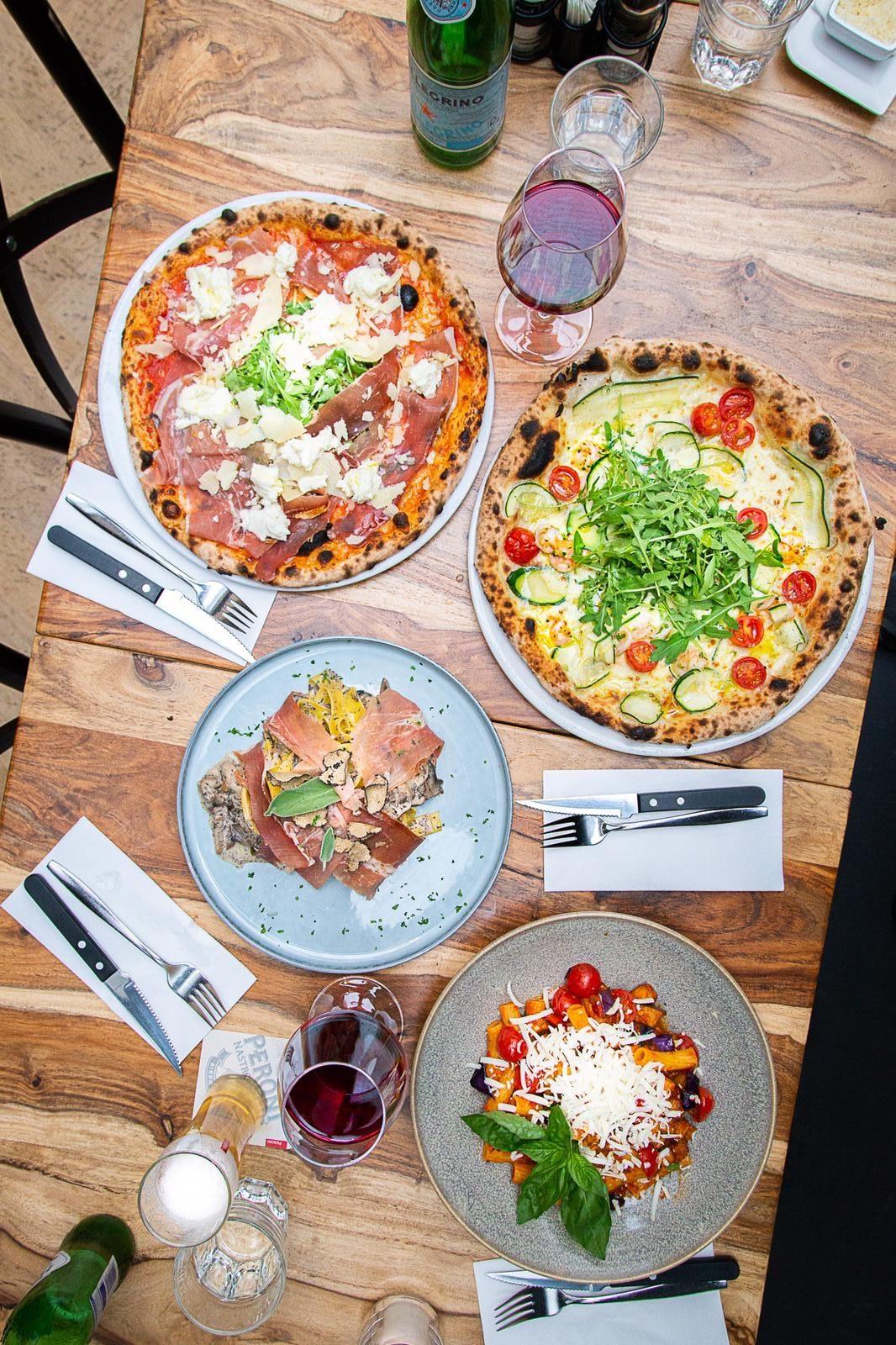 Bij Pastanini in Den Haag zijn de pizza's zoals het hoort: dunne bodem, knapperig en uit de houtoven. Ook fijn: je kan hier uit twee maten pizza kiezen, 20 of 30 cm.