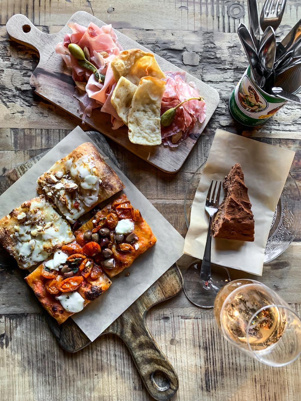 Bij deze hippe Italiaan, midden in het centrum van Den Haag, kun je pizza per slice bestellen. Heel fijn voor mensen die keuzestress hebben.