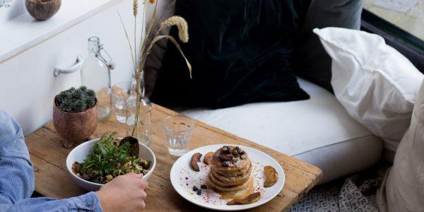 In het Zeeheldenkwartier kan je bij PLENTY even ontsnappen aan de drukte met een lekker plant-based ontbijtje. De gerechten hebben Midden-Oosterse invloeden en zijn verrassend en voedzaam. Of je nou trek hebt in pancakes, overnight oats of lekker brood; het kan allemaal.
