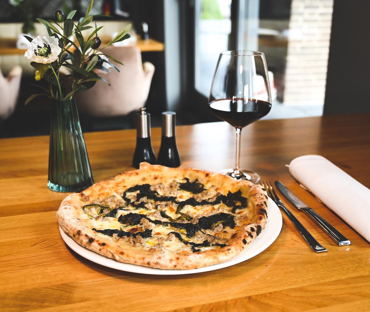 Heerlijke steenoven pizza mét uitzicht: dan ben je bij Gastronomia Villani in de haven aan het goede adres. Villani staat voor authentiek Italiaans en kookt alleen maar met pure ingrediënten.