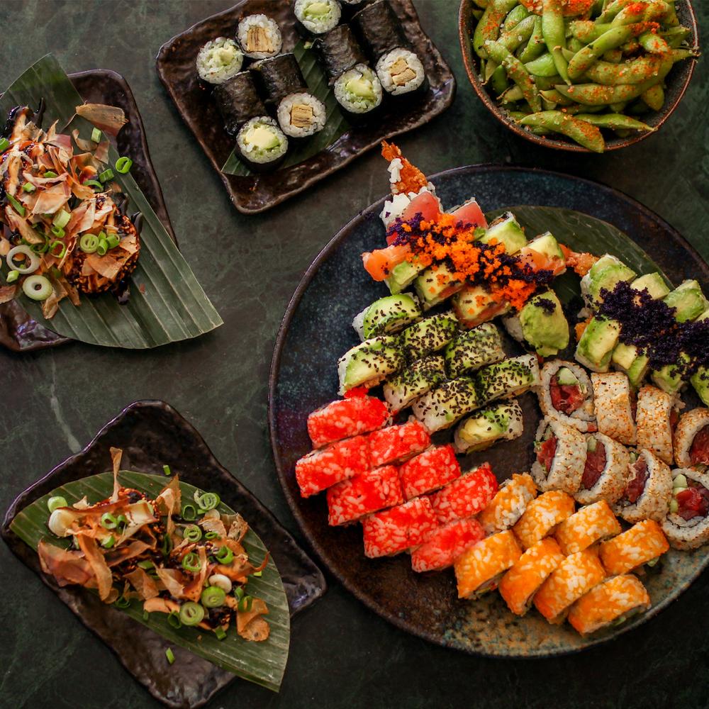Met hun twee locaties zijn De Sushimeisjes geen onbekende meer in Den Haag. De go to plek voor velen als het gaat om sushi eten, bestellen of afhalen!